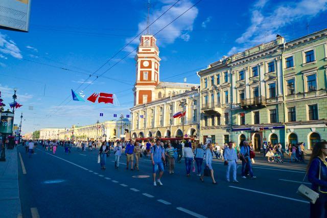 A Avenida Nevskiy Prospekt estava lotada.