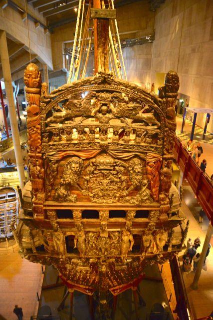 A decoração rebuscada no fundo do barco.