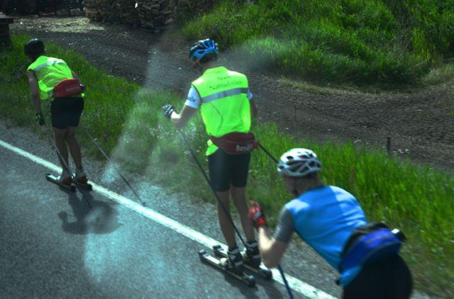 Praticantes de esqui de fundo, na beira da estrada.