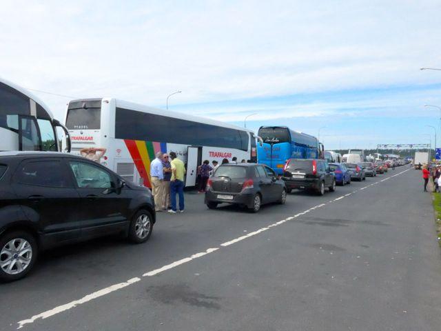 A fila de carros para atravessar a fronteira entre a Rússia e a Finlândia.