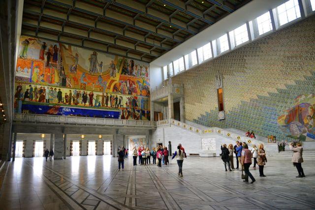 O salão principal da Prefeitura de Oslo possui uma decoração extravagante e viva
