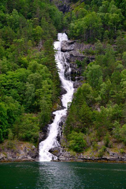 Inúmeras cachoeiras nas encostas dos fiordes.