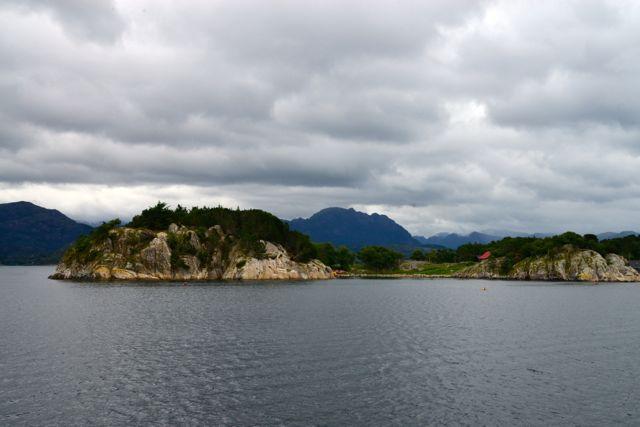 Muitas ilhotas no caminho do Fiorde de Lyse.