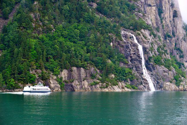 O Fiorde é cercado de cachoeiras que caem diretamente no mar.