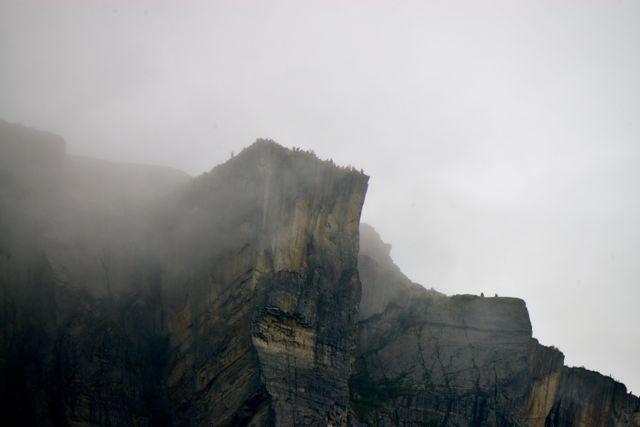 A Pedra do Púlpito por trás da neblina.