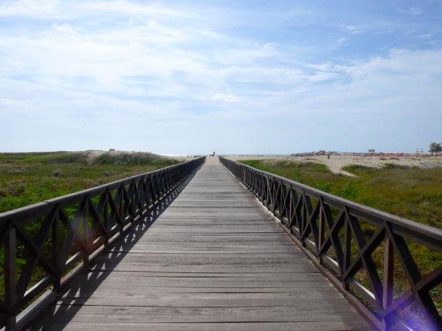 Extensas passarelas de madeira dão acesso à praia.