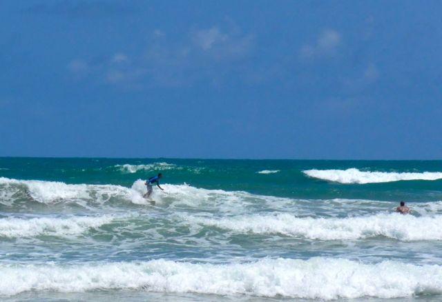 Os surfistas continuam desafiando os tubarões na Reserva do Paiva.