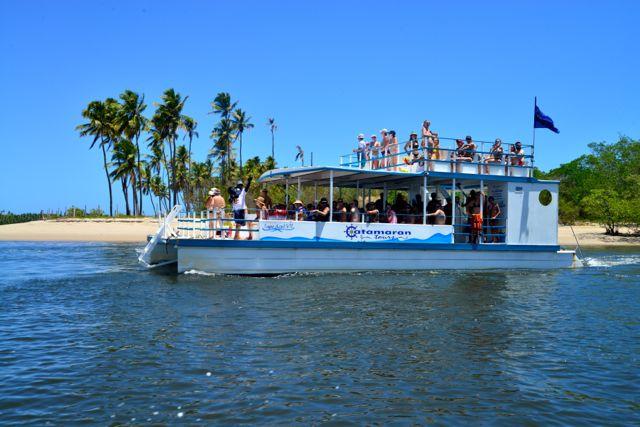 Os passeios são feitos em lanchas pequenas ou em catamarãs.