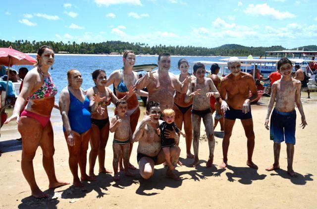 O famoso banho de argila na Praia de Guadalupe.