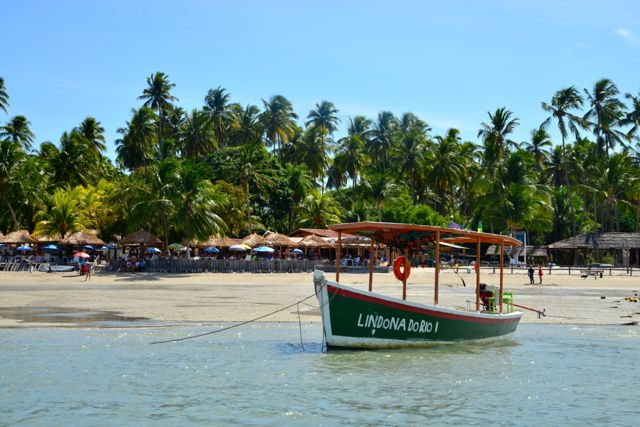 Barracas de praia completam as atrações da Praia dos Carneiros
