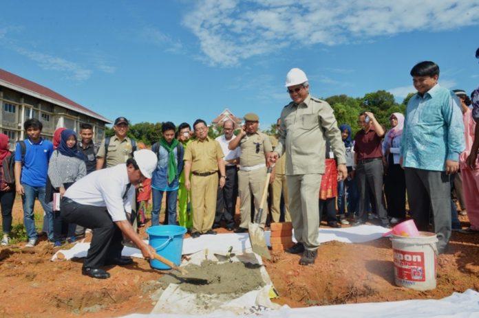 Peletakan Batu Pertama oleh PLT. Gubernur Kepulauan RIau, Nurdin Basirun, dan Rektor UMRAH, Syafir Akhlus