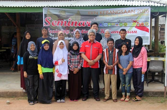 Foto bersama Mahasiswa KKN Kebangsaan Malang Rapat dengan Rektor Universitas Maritim Raja Ali Haji – Prof. Dr. Syafsir Akhlus, M.Sc. (Kemeja Merah) di dampingi Kepala Desa Malang Rapat, Yusran Munir (di samping kanan Rektor)