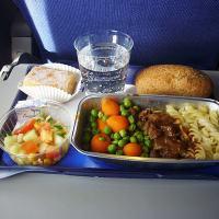 A comida de avião em diversas companhias aéreas.
