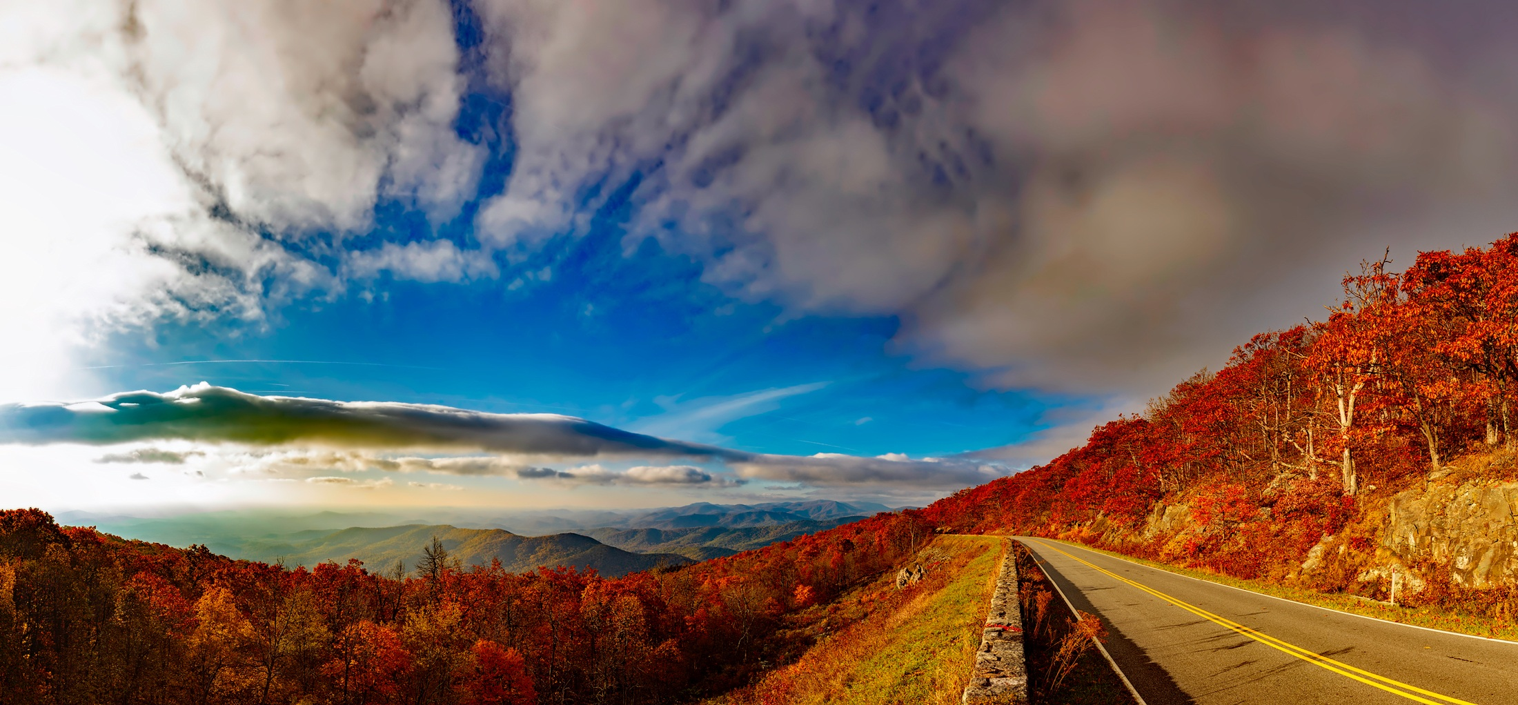 A picture of a road along the Blue Ridge Mountains by 12019 on Pixabay