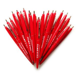 Field Notes, Kugelschreiber, roter, in Herzform gelegt,