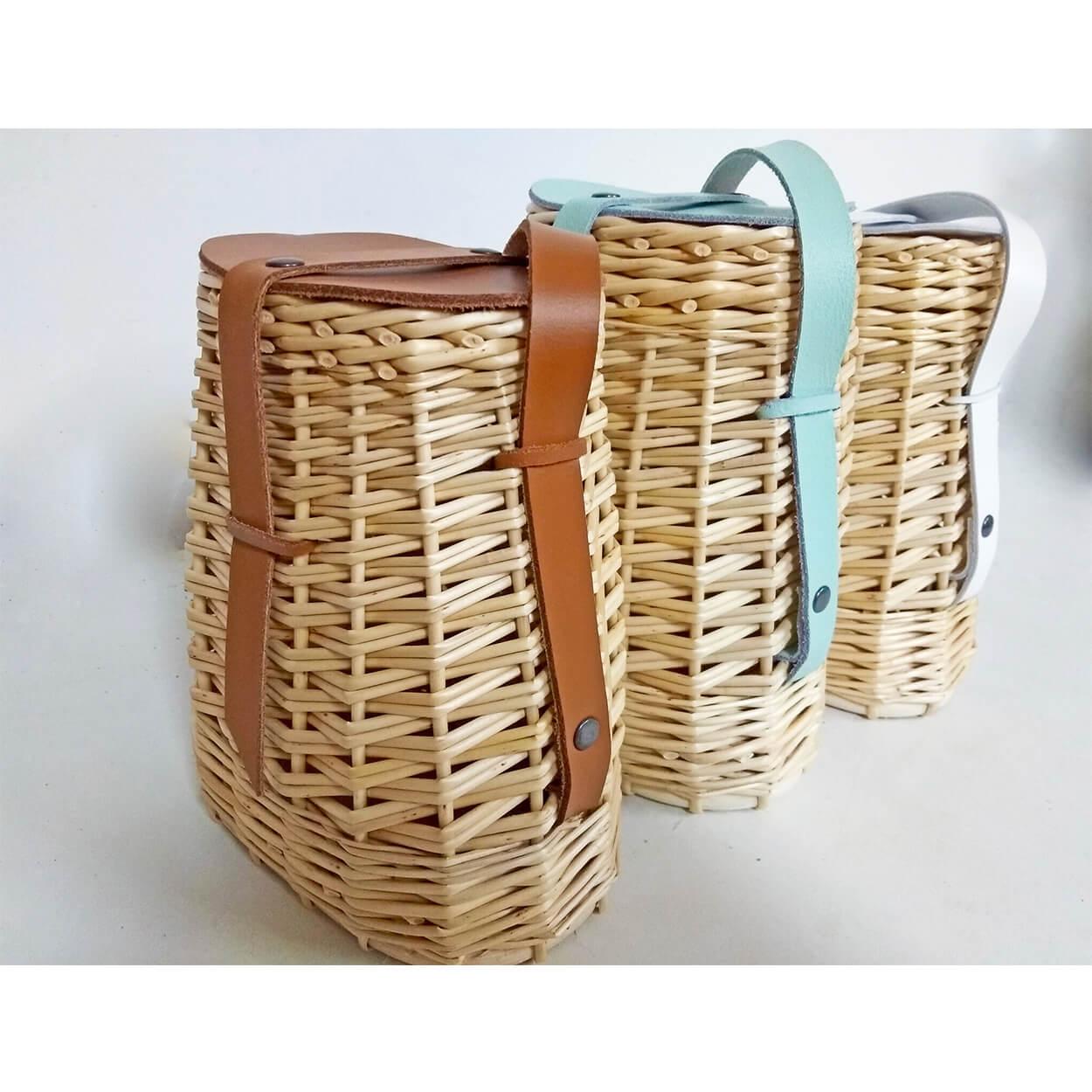 Ce sac est en osier blanc avec rabat en cuir. Bandoulière en cuir réglable.