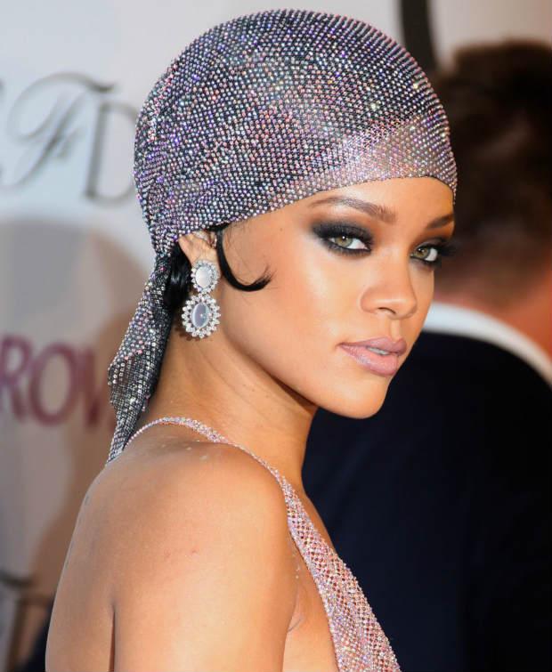 Rihanna_CFDA2014_Scarf_Vintage