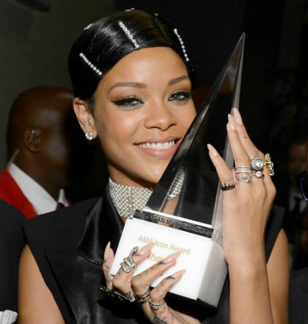 1_Rihanna_AmericanMusicAwards_AMA2014_HairWrap_HairPins_Pearls_Crystals_BlackHair