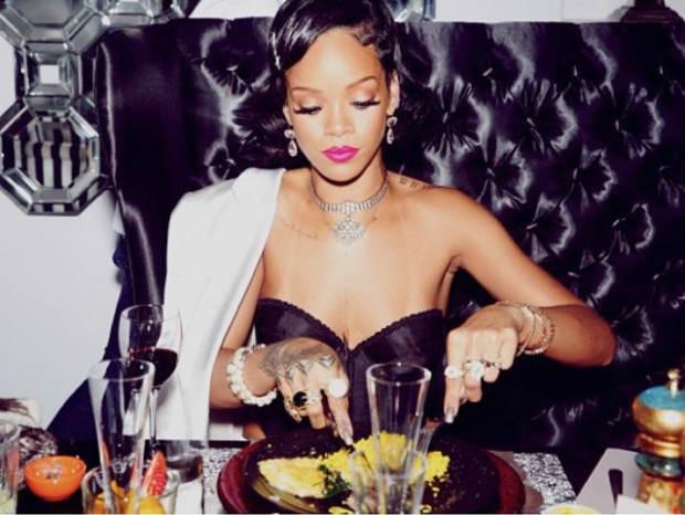 Rihanna_NewYear'sEve2013_FingerWaves_Black