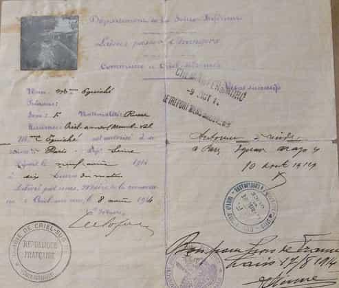так выглядела французская виза в 1914 году. Фотография есть, но никаких требований к ней нет. Дама просто сфотографировалась на фоне сада и дома.