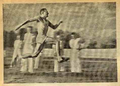 Моментальная фотосъемка зафиксировала тройной прыжок легкоатлета (фото Кун)