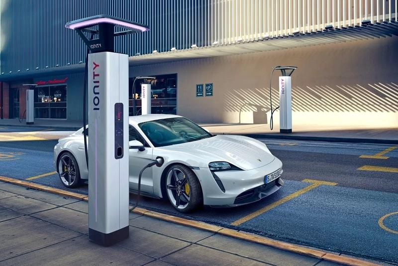 Porsche представила свой первый серийный электромобиль Taycan 4