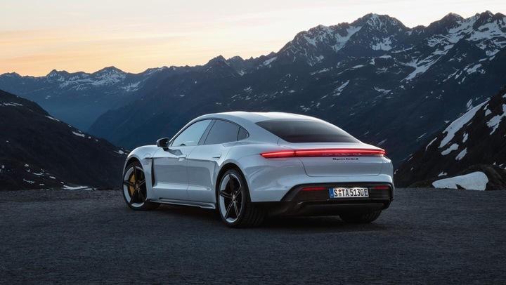 Porsche представила свой первый серийный электромобиль Taycan 1
