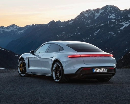 Porsche представила свой первый серийный электромобиль Taycan 9