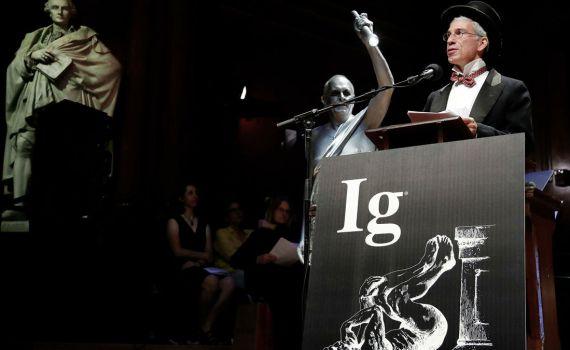 Шнобелевская премия 2020: аллигатор в камере с гелием, нож из фекалий, китайские киллеры и Путин, Трамп и Лукашенко 2