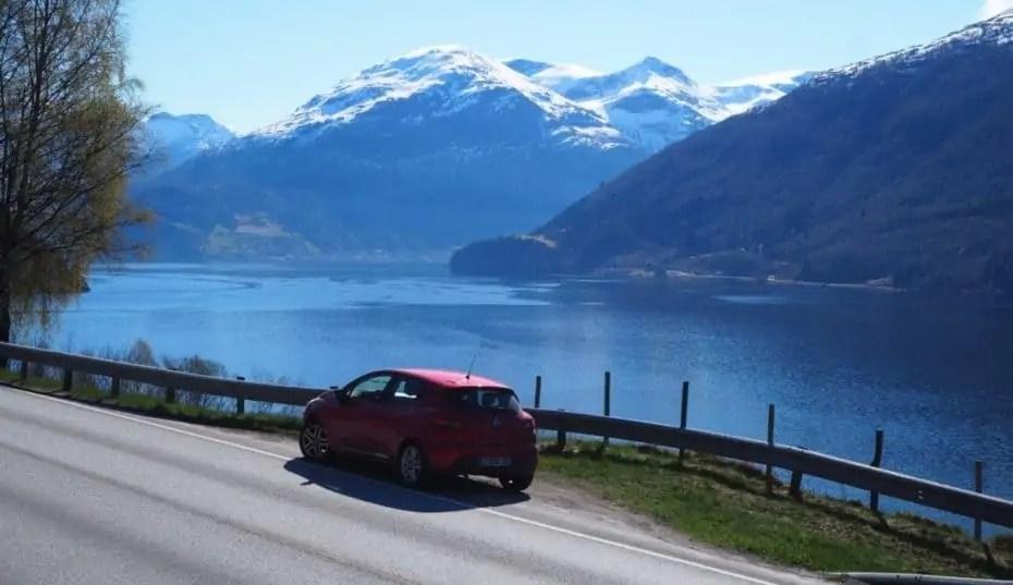 la route longe offre de magnifiques vues sur les fjords
