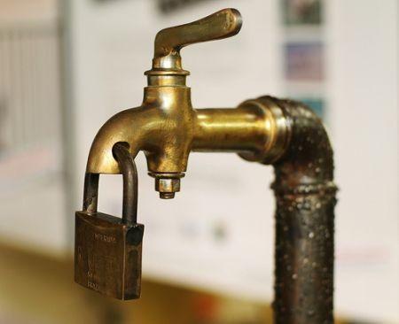Per il PD pisano l'acqua non è un diritto: bocciata mozione contro i distacchi per morosità