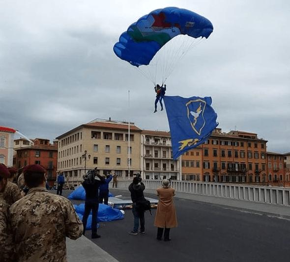 Esercitazioni militari spettacolarizzate ad uso e consumo delle scolaresche: questo il momento saliente  della Giornata della solidarietà di Pisa