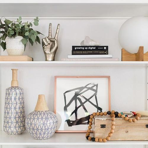 I ripiani sospesi, infatti, ci permettono di aumentare gli spazi di appoggio per tutti gli oggetti che non sappiamo dove collocare, come libri, vasi e. Come Arredare Mensole E Scaffali Interior Designer Una Designer Per Tutti