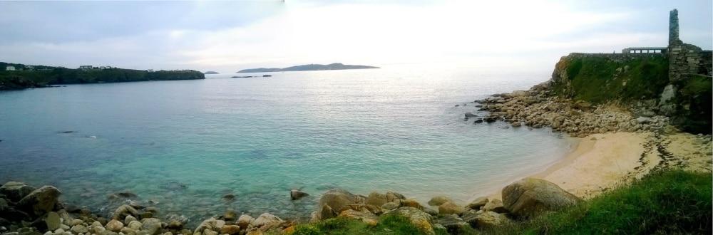 Lateral de playa de A Lanzada, con el Santuario