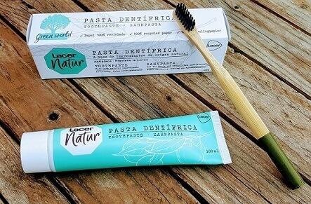 lacer natur envase y caja y cepillo de bambú apoyado sobre envase