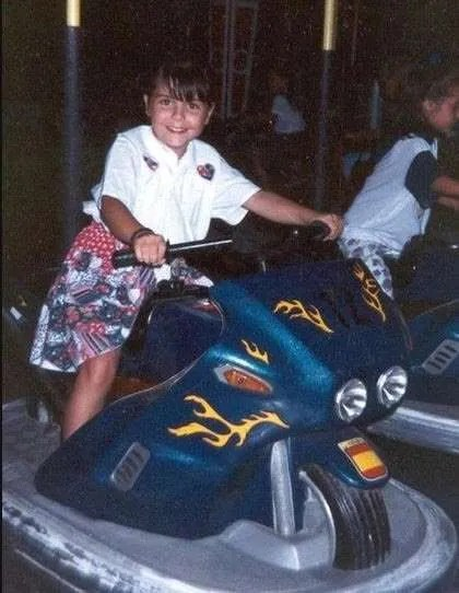 Yo de pequeña en una moto de la feria