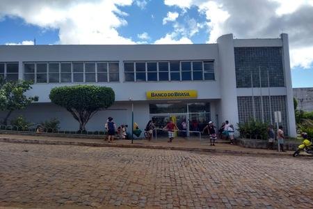 UNA: AGÊNCIA DO BANCO DO BRASIL AMANHECEU COM PORTA TRANCADA E GERA TRANSTORNO A POPULAÇÃO