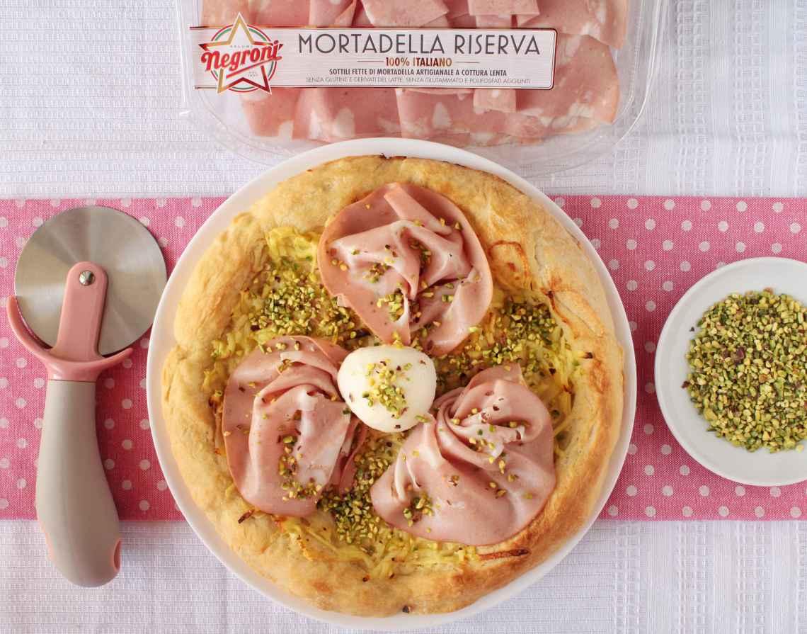 presentazione pizza con mortadella, patate e pistacchi