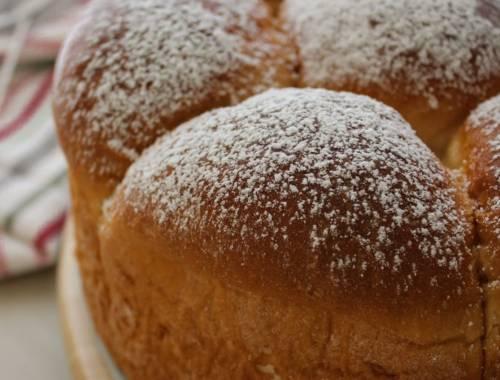 brioche alla ricotta cotta e con zucchero al velo