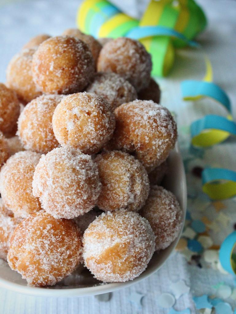 castagnole con zucchero e coriandoli