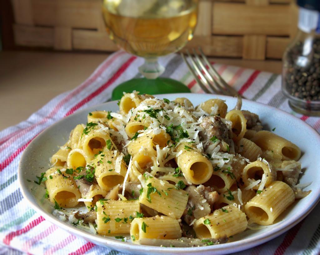 Pasta con funghi, salsiccia e patate