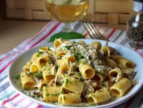 pasta con funghi, salsiccia e patate.