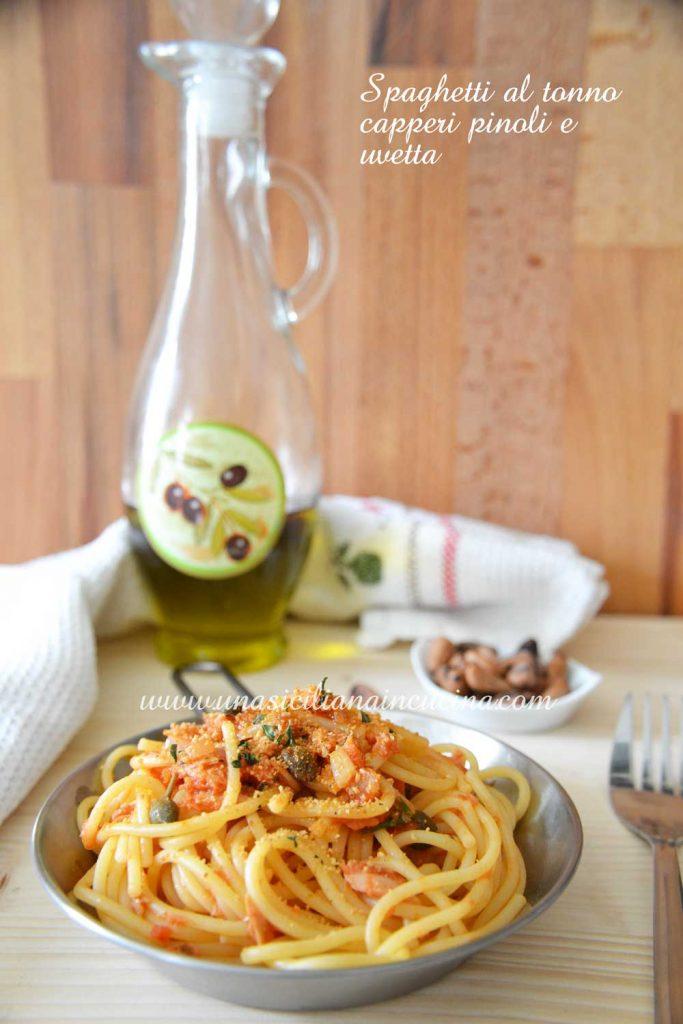 Spaghetti al tonno capperi pinoli e uvetta