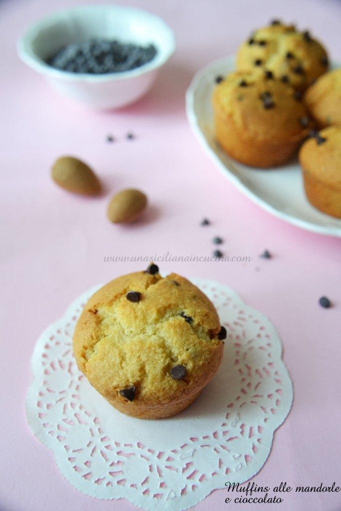Muffins alle mandorle e gocce di cioccolato
