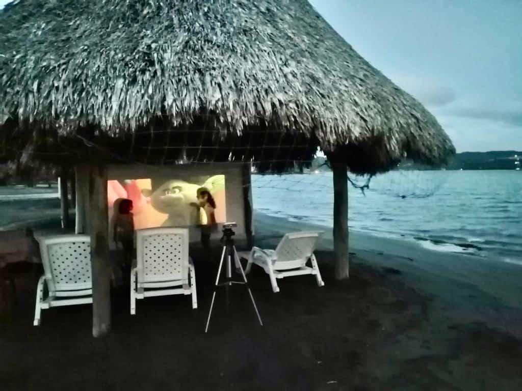 Cine al aire libre en Puerto Velero.