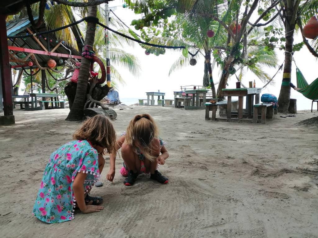 Sara y  Mia jugando con un cangrejo ermitaño.