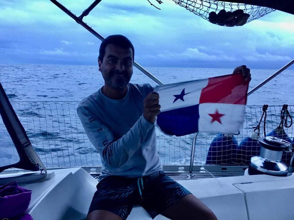 Preparando la bandera de cortesia de Panamá.