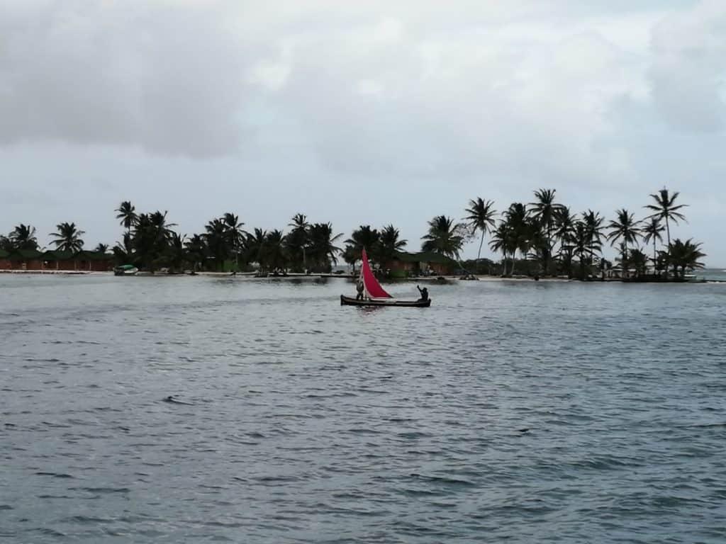 Los Kunas Navegando con sus Ulus.