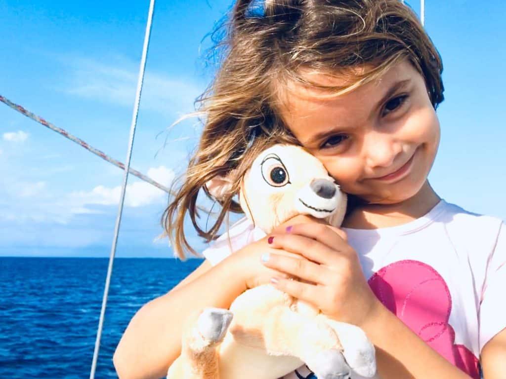 Mia con el Bambi que le regalaron Lucas y Maria.