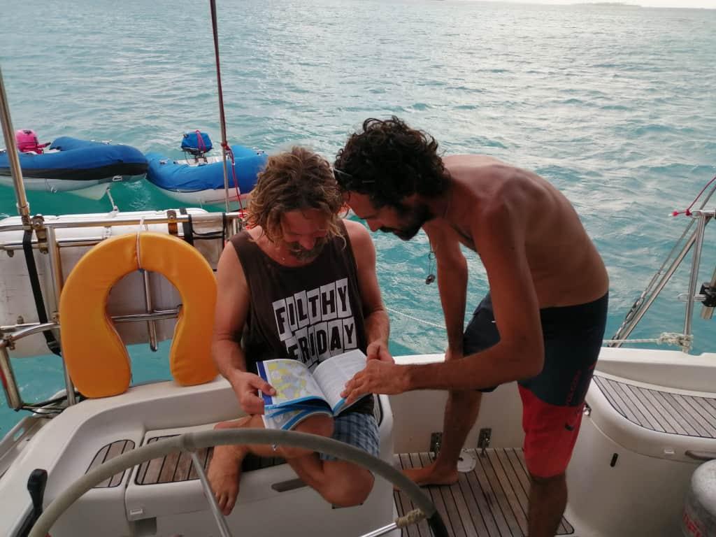 Eric y Edu buscando fondeos secretos en  la guía de Eric.